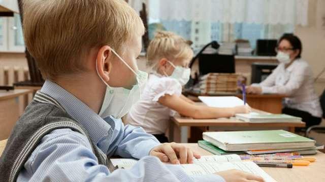 «Детей вернут в школы, чтобы массово вакцинировать»: Правда или вымысел?