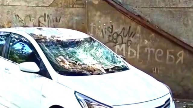 Видео: Фасад здания обрушился на автомобиль в центре Костаная
