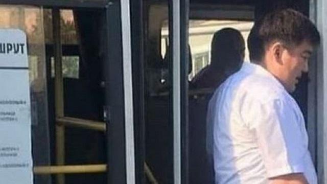 Сотрудник акимата без маски проверял автобусы на соблюдение саннорм в Петропавловске