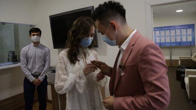 «Covid любви не помеха»: Медики из Казахстана поженились в здании посольства в России