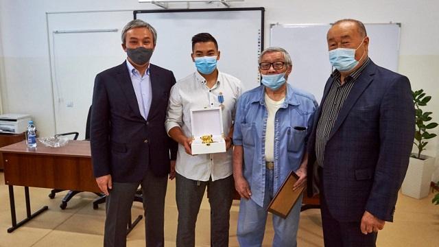 В Алматы наградили спасшего из пожара шесть человек тяжелоатлета