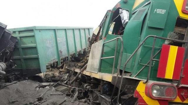 Столкновение локомотива с вагонами привело к сходу с рельсов и пожару в ВКО