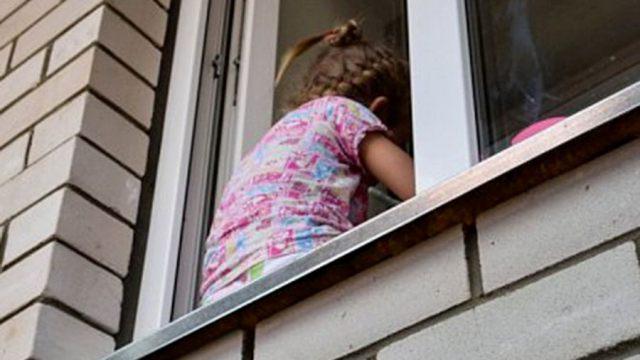 Сколько детей выпало из окон за лето в Казахстане
