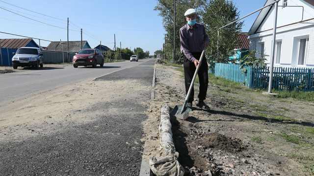 Море во дворе и кривой тротуар: Пенсионер жалуется на ремонтников в Костанайской области