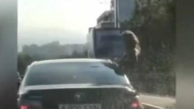 Видео: Водителя наказали за высунувшуюся в окно машины девушку