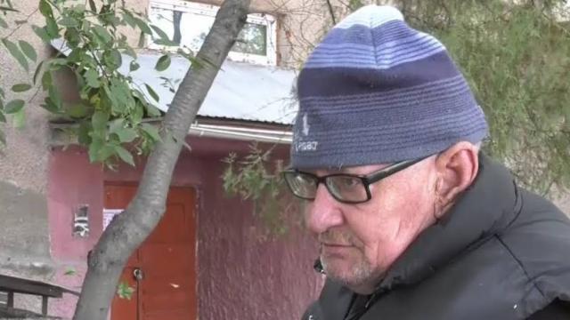 Видео: Пожилой мужчина из-за жадности детей живет на скамейке в Казахстане