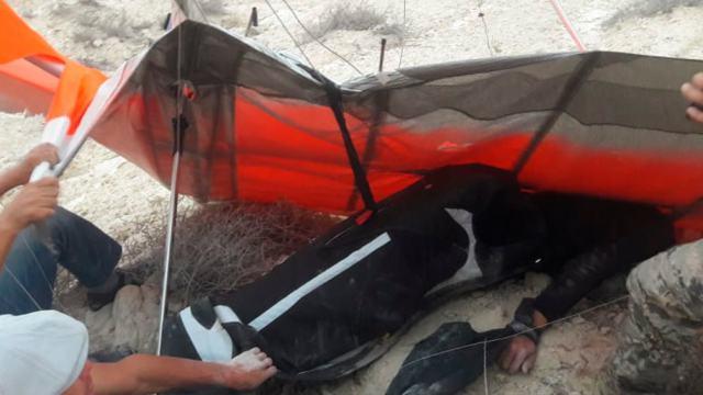 Видео: Житель Казахстана на дельтаплане упал в обрыв и сломал руки