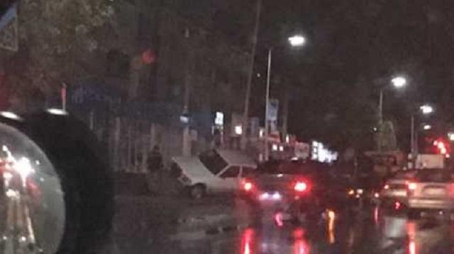 В центре Костаная иномарка столкнулась с фонарным столбом