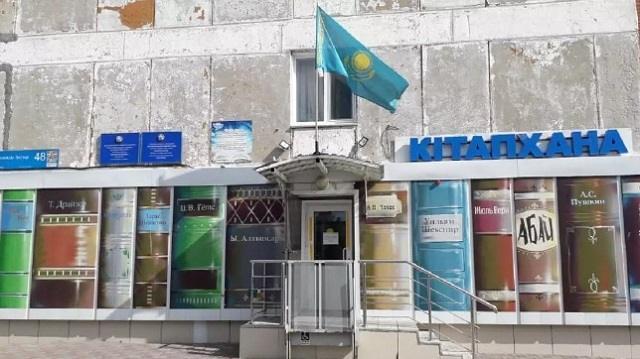 Флаг Казахстана на фоне обшарпанной стены возмутил жителей Костаная