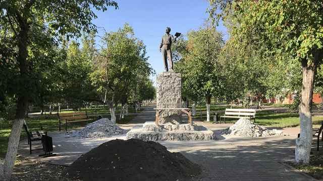 В Костанае реставрируют памятник Пушкину