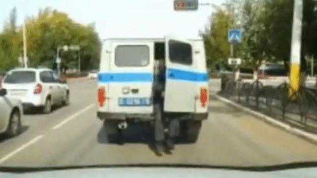 Видео: Дерзкий побег из патрульного авто совершил пьяный задержанный в Костанае