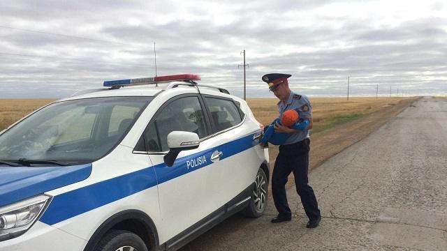 Полицейский из Костанайской области помог пенсионерам на трассе Аулиеколь – Жолдама