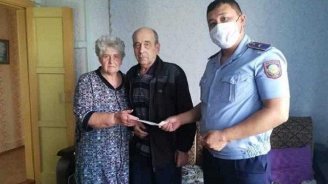 Полицейские Костанайской области помогли пенсионеру оформить документы на дому