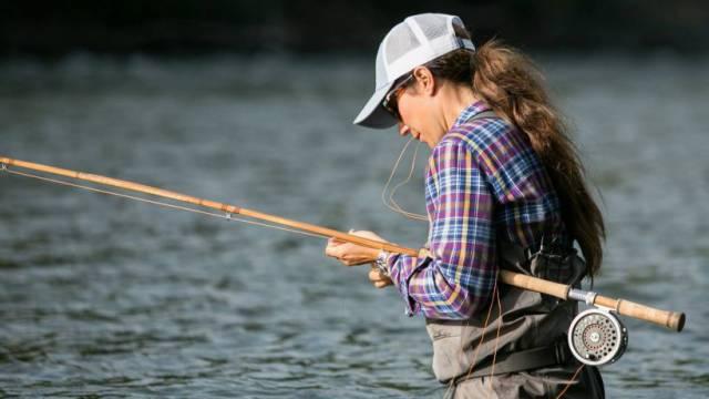 Вот это улов! Рыбачка поймала гигантского сазана