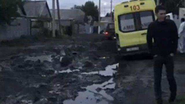 Видео: Машина скорой помощи застряла в грязи на улице Мирной в Костанае