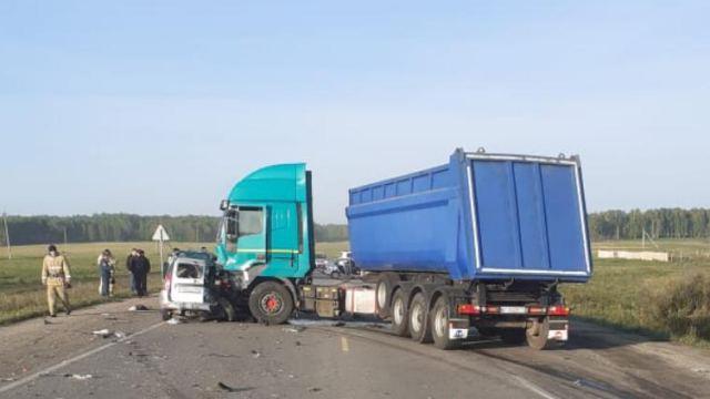 Водитель и юный пассажир легковушки погибли в ДТП с грузовиком на трассе Челябинской области