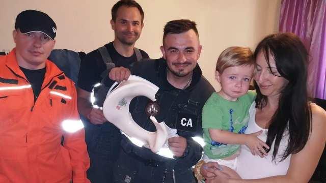 2-летний мальчик застрял головой в круге для унитаза