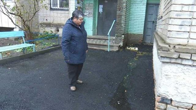 Качество асфальта после ремонта в одном из дворов Костаная оставляет желать лучшего