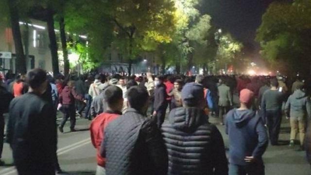 Видео: Массовые протесты в Бишкеке: Есть пострадавшие