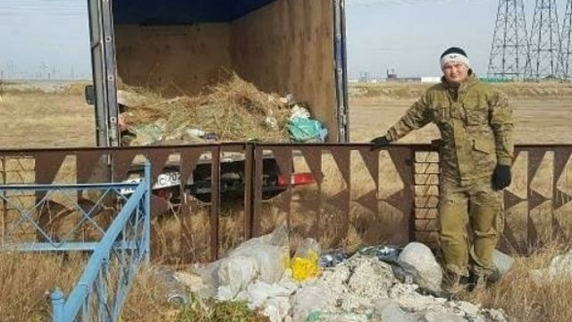 Два брата из Житикаринского района очистили кладбище от мусора