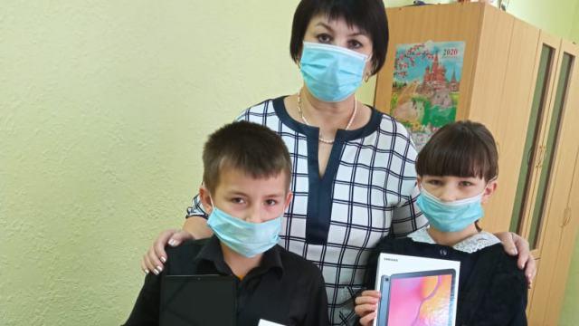 Двум сельским школьникам меценаты подарили планшеты в Костанайской области