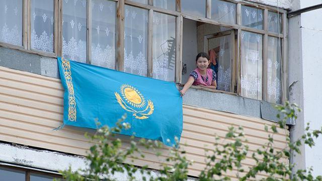 Флаг Казахстана разрешили вывешивать на балконах и стенах зданий