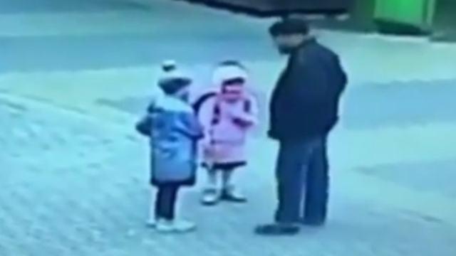 «Был пьян»: Немолодой мужчина поцеловал в губы неизвестную девочку возле школы