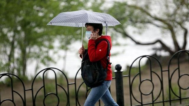 Опасно ли для здоровья носить маску в дождь?