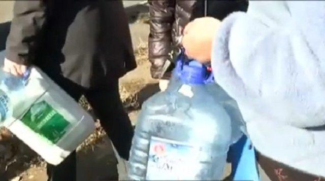 «Школы и детсады закрыты»: Жители Сарани третьи сутки сидят без питьевой воды