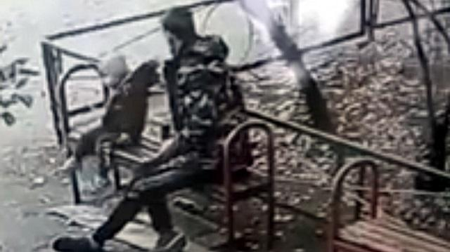 Видео: 30-летний мужчина во дворе дома избил 2-летнего ребенка
