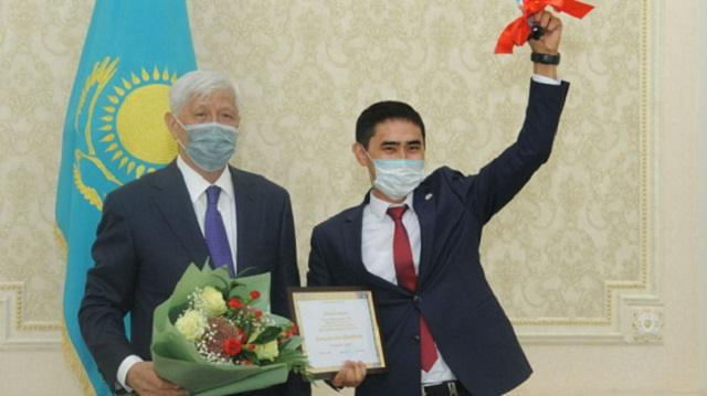 Учителю из Алматинской области подарили автомобиль