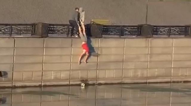 Видео: Россияне спустили друга в реку за мячом и уронили его