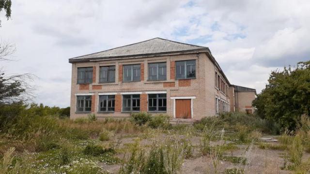«Учиться некому»: На севере Казахстана заброшенные школы распродают за 1 тенге