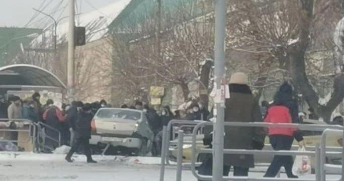 В Челябинске автомобиль въехал в толпу людей