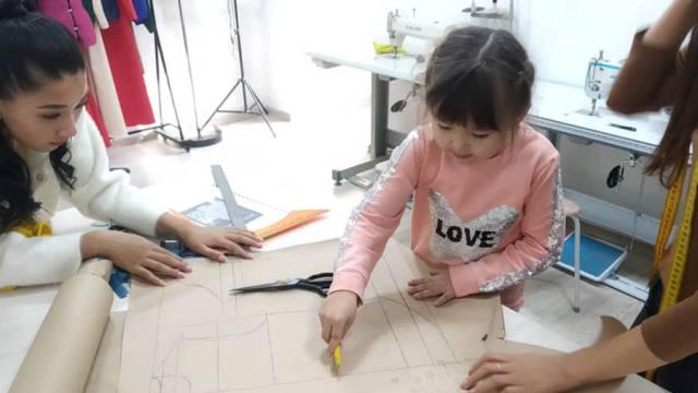 «Я одна работаю»: Самому юному дизайнеру одежды в Казахстане — 5 лет