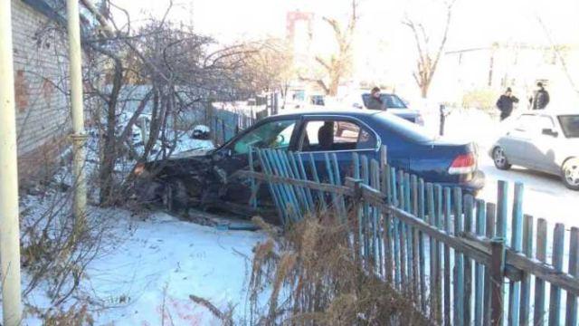 Водитель протаранил пешехода и забор частного дома в Костанае