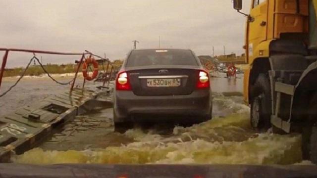 КамАЗ чуть не утопил три автомобиля на переправе