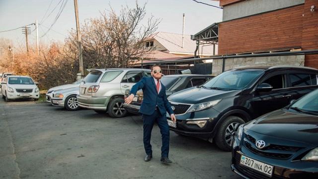Конор Макгрегор из Казахстана работает парковщиком в Алматы