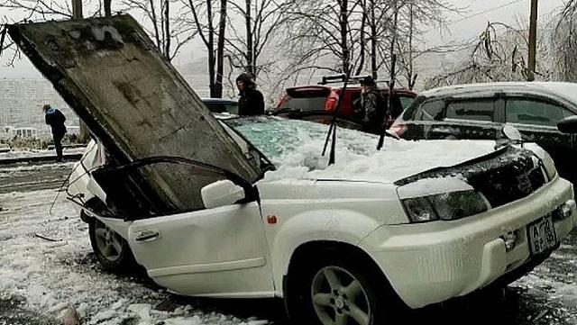 Бетонная плита упала с крыши 9-этажного дома на автомобиль