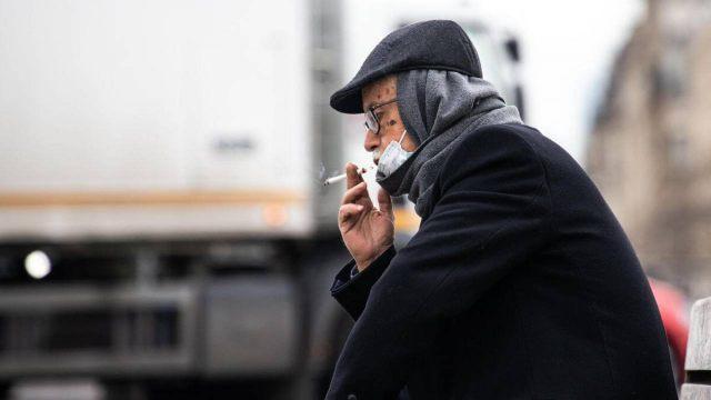 Запретили курить на улице из-за коронавирусной инфекции в Турции