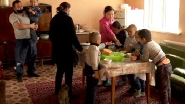 «Без документов всю жизнь»: Многодетная мать из Казахстана боится остаться на улице
