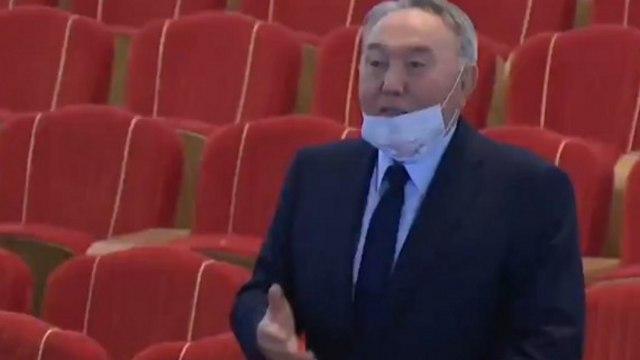 Видео: Назарбаев спел вместе с коллективом нового театра в Нур-Султане