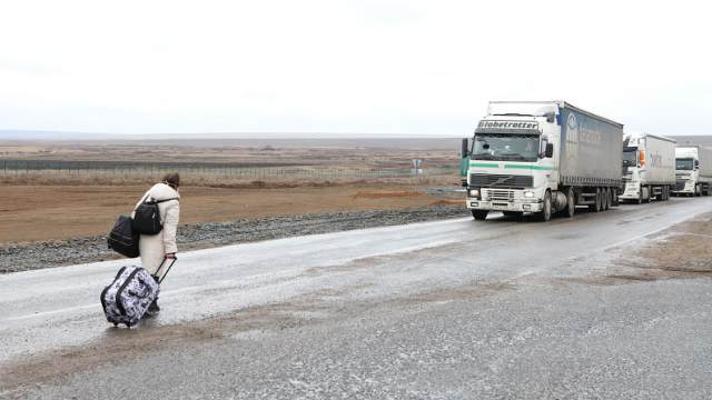 «На пешкарусе»: Расстояние между погранпостами Казахстана и России преодолевают пешком даже инвалиды