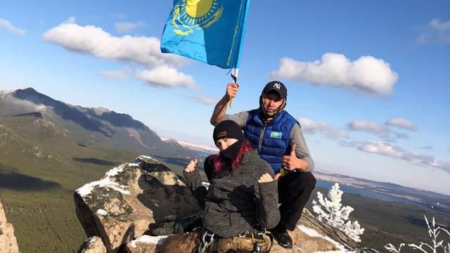 Прикованная к инвалидной коляске жительница Казахстана покорила вершину Спящий Рыцарь