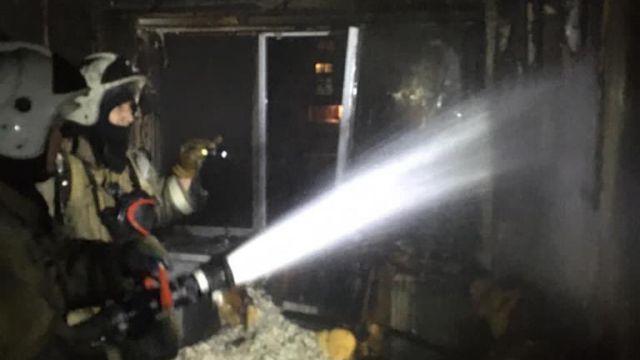 Мужчину из горящей квартиры успели эвакуировать пожарные в Рудном