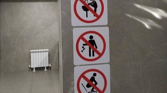 Не мыть ноги в раковинах туалета просят посетителей одного из ТРЦ в Усть-Каменогорске
