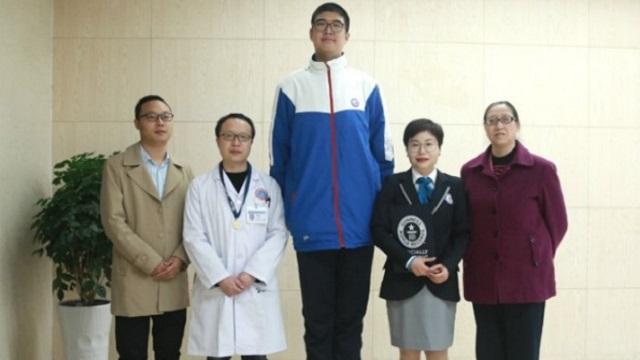 14-летний Рэн Кею из Китая признан самым высоким подростком в мире