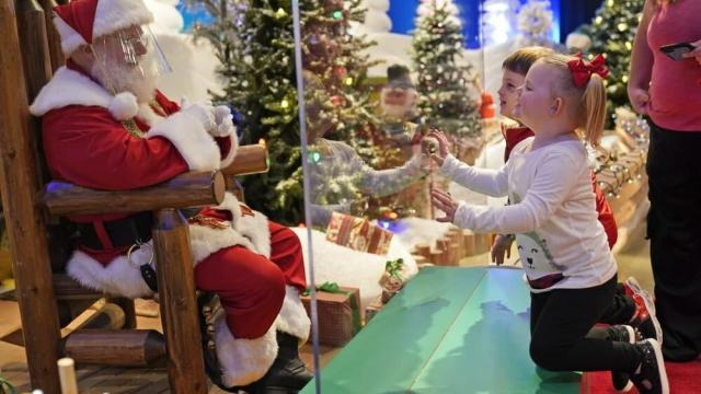 За стеклом: Сидеть на коленях Санта-Клауса запретили в США