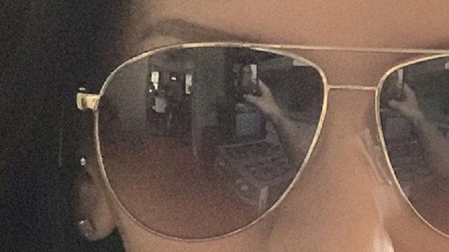 «Селфи в очках»: Женщина ужаснулась, разглядев «призраков» в отражении