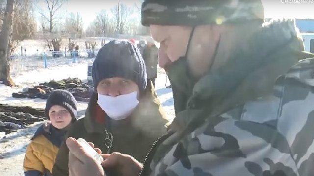 Видео: Сельчане вынуждены пользоваться российской мобильной связью в Костанайской области